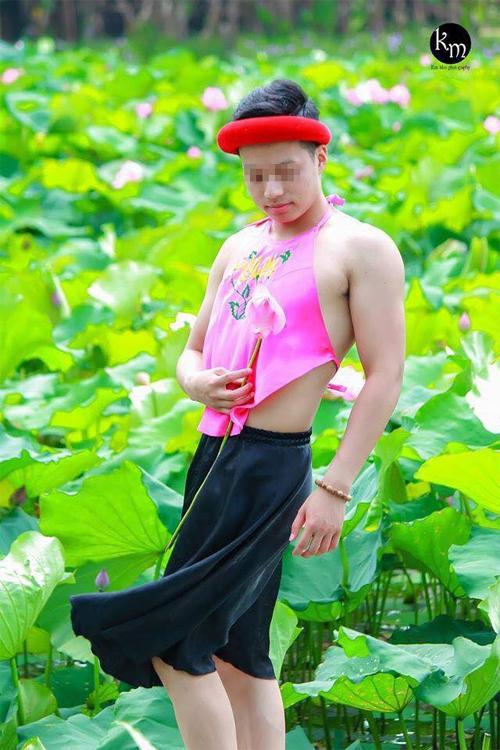 buc-anh-chang-trai-mac-yem-tao-dang-o-ho-sen-gay-xon-xao-6