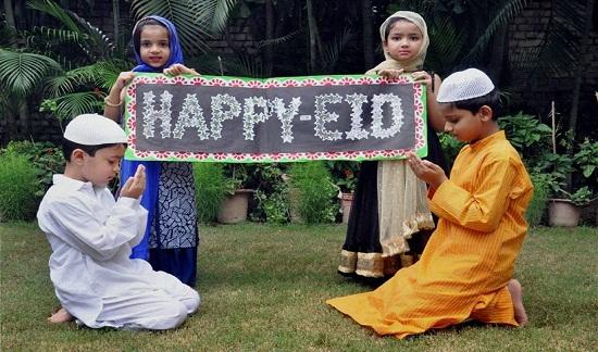 Trẻ em Ấn Độ chào đón Lễ hội thánh Eid-al-Fitr.