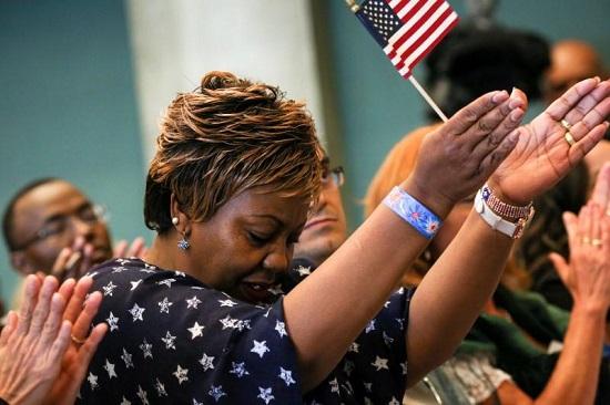 Một công dân Mỹ mới nhập tịch kêu gọi sự đa dạng hóa cộng đồng người Mỹ trong một lễ kỷ niệm Quốc khánh do Sở Nhập cư nước này tổ chức tại Seattle, Washington.