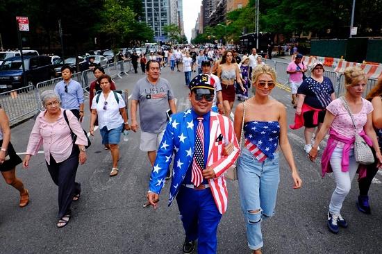 Người dân Mỹ trong trang phục in hình cờ hoa đi dạo trên đường phố New York trong ngày Độc lập.