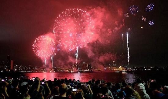 Người dân Mỹ đổ ra đường phố xem pháo hoa tại Thủ đô New York trong Ngày Độc lập.