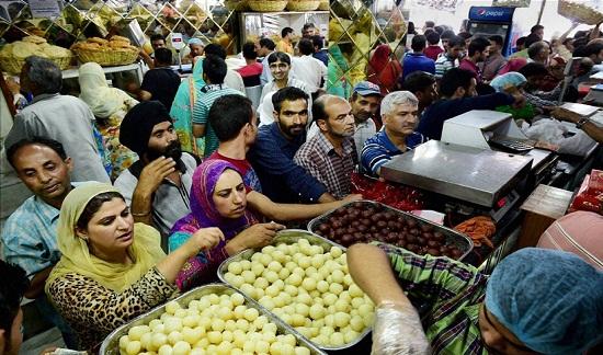 Phụ nữ Hồi giáo bận rộn mua sắm thực phẩm ở Srinaga, đánh dấu kết thúc tháng ăn chay Ramadan.