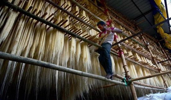 Một công nhân làm khô Sewaiyan – một loại miến truyền thống của Ấn Độ cho ngày Lễ hội thánh Eid-al-Fitr.