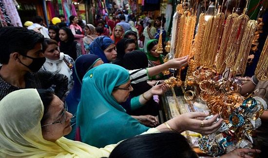 Phụ nữ Hồi giáo sắm đồ trang sức ở chợ Srinagar.