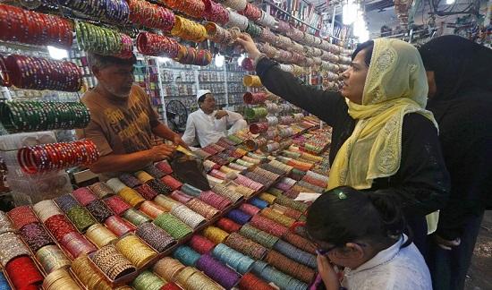 Một phụ nữ Hồi giáo ngắm trang sứctại một khu chợ.