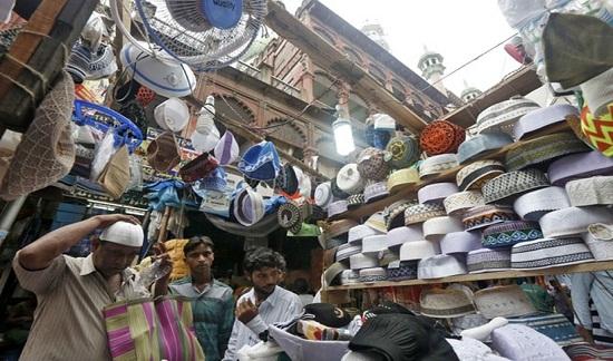 Đàn ông Hồi giáo cũng lựa chọn những chiếc mũ truyền thống mới cho mùa lễ hội.