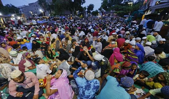 Cộng đồng Hồi giáo ở Ấn Độ tập trung về TP để sắm đồ trước buổi lễ.