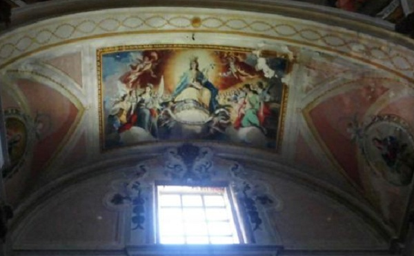 Nơi đây từng là một nhà thờ. Một bức tranh về Đức Mẹ Maria trên trần thể hiện rõ điều này.