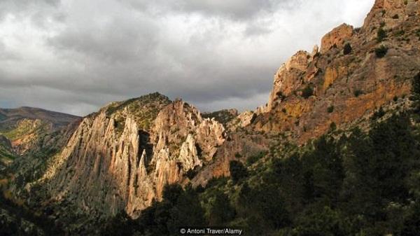 Ngôi làng bao phủ bởi núi non trùng điệp.