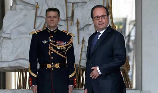 Tổng thống Pháp với kiểu tóc quen thuộc.
