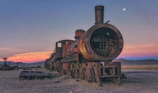 Nơi đây tọa lạc nhiều đoàn tàu và ô tô đường ray cũ nhập khẩu từ Anh đã nằm im lìm suốt nhiều năm.