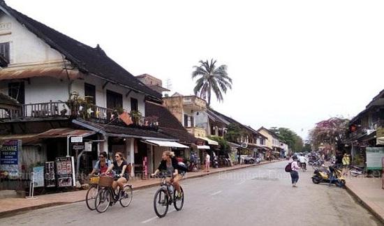 Khách du lịch đạp xe ngang qua cố đô Luaung Prabang của Lào.