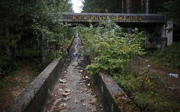 Đường đua bị bỏ hoang từ Thế vận hội mùa đông Sarajevo (Bosnia) năm 1984. Hầu hết các địa điểm tổ chức Olympic mùa đông ở thủ đô Bosnia đều trở thành đống đổ nát do cuộc xung đột đã chia tách Nam Tư cũ.