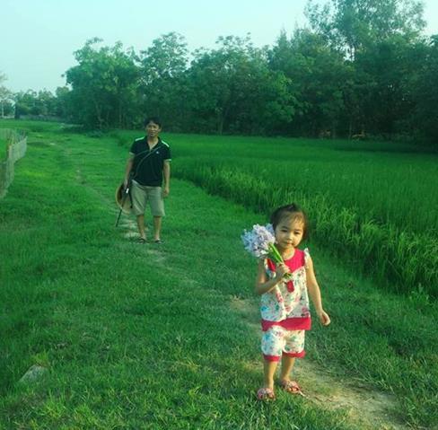Mới ngày nào bố đưa con đi thăm ruộng lúa đương xanh mướt thì con gái…
